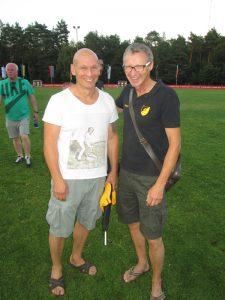 Der Vorsitzende der TSG-Fußballer Holger Drinhaus und der neuen Trainer Marco Schwarzkopf freuen sich über den 2:0-Sieg gegen TUS Klein-Welzheim