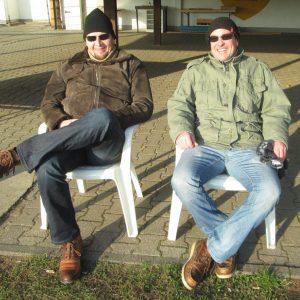 Zwei Mainflinger Edelfans genießen die Sonne & den Sieg gegen Lämmerspiel