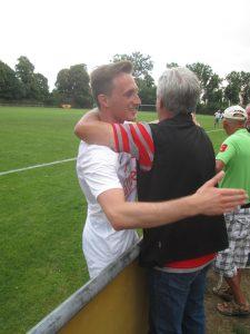 Abwehrchef Philipp Karg freut sich mit einem Fan über den Sieg