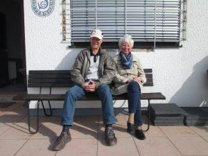 Mainflinger Edelfans Herr und Frau Karg kurz vor dem Spiel in Götzenhain